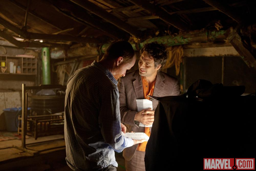Diretor Joss Whedon and Mark Ruffalo (Bruce Banner/Hulk) on set of Marvel's the Avengers